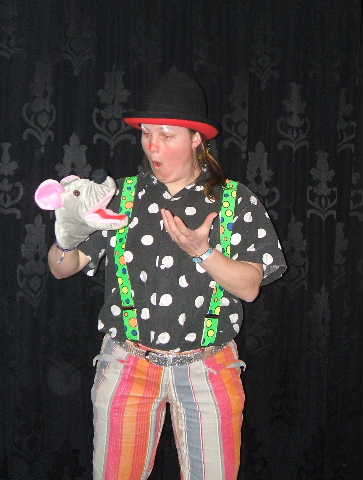 Kinderentertainment met Clown Kiko en muis in de kindervoorstelling