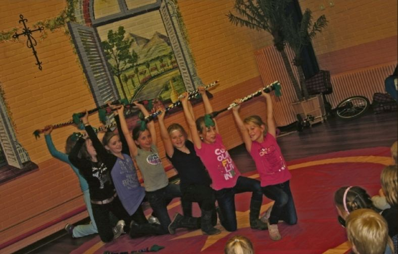 Circus Kiko Workshops in Well - foto stond in de krant.