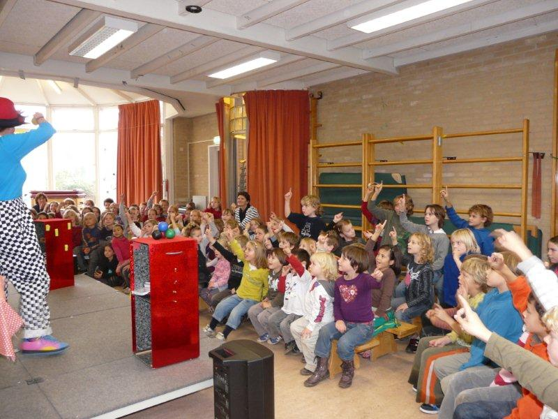 Clown kiko voorstelling voor de hele school in Malden