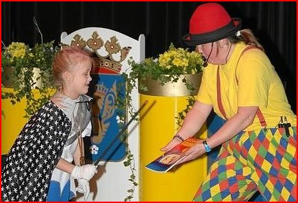 Goochelen met Clown Kiko in de carnavals voorstelling
